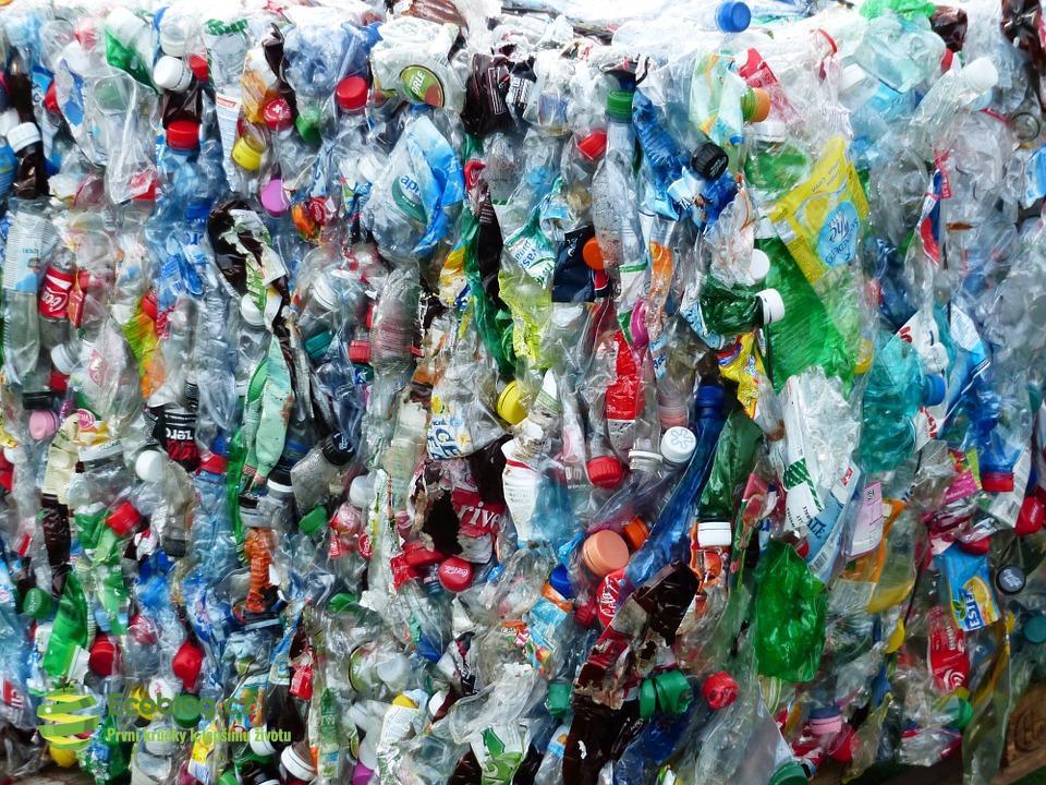PET lahve s PVC fólií jsou pro třídírny odpadu problém