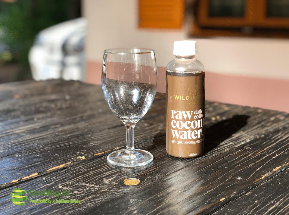raw kokosová voda s kávou